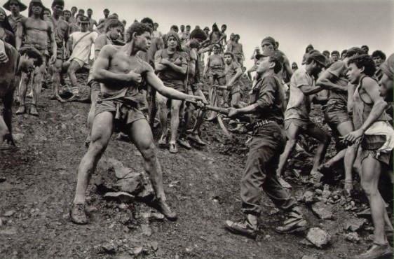 salgado-dispute-between-serra-pelada-gold-mine-workers-and-military-police-brazil-19862